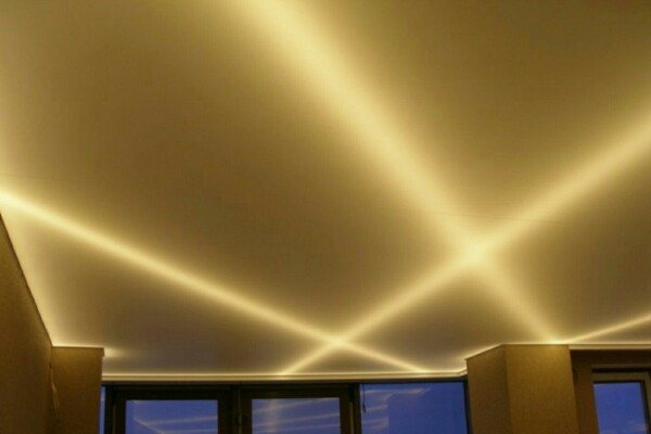 Современное освещение с натяжным потолком